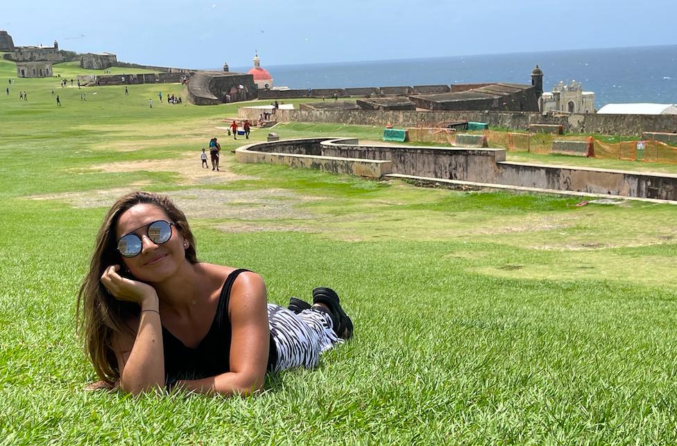 Afueras de las murallas del Fuerte San Felipe del Morro, en San Juan de Puerto Rico - Lectora de Tracks